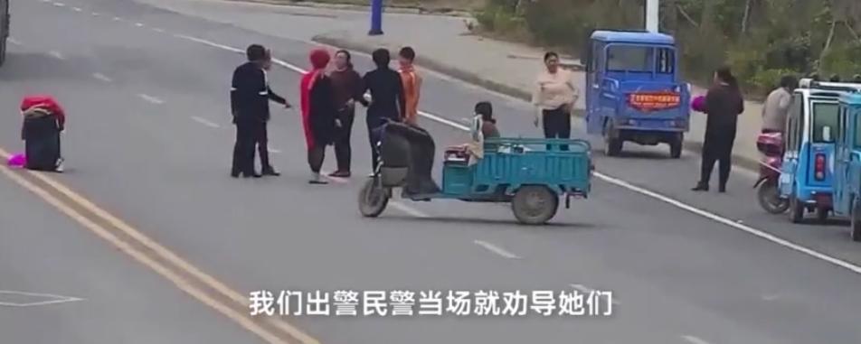 安徽淮北大妈十字路口跳广场舞,水泥车小心避让!